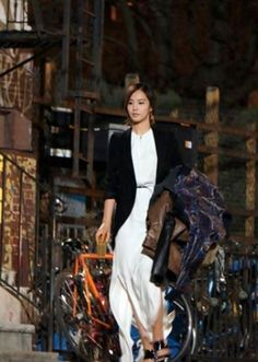 Girls' Generation's Yuri lights up New York with a white maxi dress