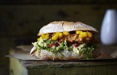 Unser beliebtes Rezept für Chicken-Burger mit Mangosalsa und Guacamole und mehr als 55.000 weitere kostenlose Rezepte auf LECKER.de.