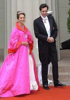Infanta Elena de España y Jaime de Marichalar y Saenz de Tejada. La Infanta Elena eligió un excesivo abrigo fucsia con ribetes en rojo, broche, collar, pendientes y diadema, sobre un vestido blanco, fruncido en los bajos. Los zapatos, en color fucsia, a juego también con el bolso, llevaban un amplio lazo. Además, la Infanta llevaba guantes de color rojo. (EFE)