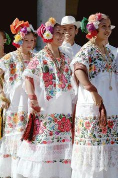 Bellezas en yucatán Mexican Costume, Folk Costume, Traditional Mexican Dress, Traditional Dresses, Mexican Art, Mexican Style, Folklore, Beautiful Mexican Women, Mexico Tattoo
