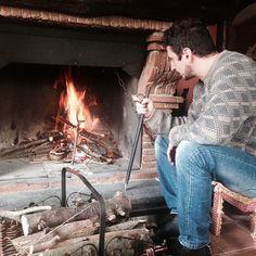 #LucaBizzarri Luca Bizzarri: Il momento in cui capisci che, senza diavolina, senza carta, solo con legna e fiato, il fuoco è partito. E tu sei un vero uomo, cazzo.