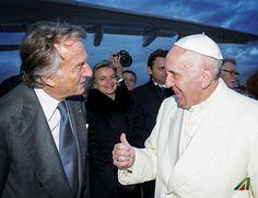 #PapaFrancesco con il Presidente Luca Cordero di Montezemolo. 📌 #PopeFrancis with the Chairmain Luca Cordero di Montezemolo. #Fiumicino #Roma #Rome #Pope #PopeFrancis #Apostolic Journey #PapaFrancesco #Cuba