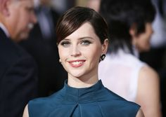 Felicity Jones kiest voor opvallend blauw tijdens de Golden Globes