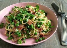 Den lækreste og nemmeste opskrift på en skøn ret med pasta i en cremet flødeostesauce med bacon, ærter og persilledrys på toppen