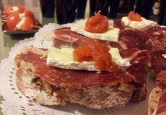 jamón ibérico de bellota con camembert y mermelada de tomate
