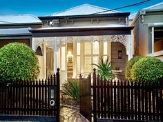 Brick victorian house exterior with picket fence & landscaped garden - House Facade photo 134953 Modern Fencing And Gates, Modern Fence, Bamboo Fencing, Victorian Homes Exterior, Victorian Style Homes, Victorian Houses, Front Yard Fence, Fenced In Yard, Small Fence
