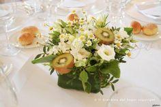 Fiori e frutti sui toni del #verde per questo allestimento di #matrimonio