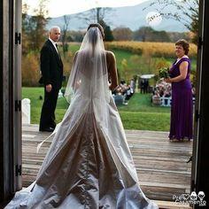 A entrada da noiva. Momento inesquecível // Bridal entrance unforgettable moment. #precasamento #sitedecasamento #bride #groom #wedding #instawedding #engaged #love #casamento #noiva #noivo #noivos #luademel #noivado #casamentotop #vestidodenoiva #penteadodenoiva #madrinhadecasamento #pedidodecasamento #chadelingerie #chadecozinha #aneldenoivado #bridestyle #eudissesim #festadecasamento #voucasar #padrinhos #bridezilla #casamento2016 #casamento2017