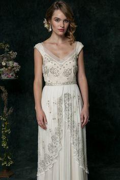 Beaded wedding dress with three layer silk chiffon | Saja Wedding | Photography: Dayane Ohira