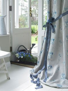 Ribbon tie-back for curtains