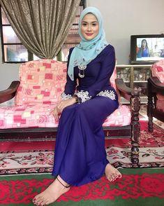 Image may contain: one or more people, people sitting and indoor Modern Hijab Fashion, Muslim Women Fashion, Sexy Ebony Girls, Sexy Asian Girls, Beautiful Muslim Women, Beautiful Hijab, Hijabi Girl, Girl Hijab, Arab Girls Hijab
