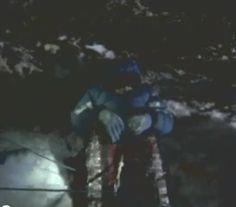 """Plus de 200 personnes sont mortes en tentant de gravir l'Everest, chute de plusieurs centaines de mètres, suffocation, éboulements de rochers. Le manque d'oxygène dans la «death zone» (la partie de la montagne qui dépasse les 7.900 mètres d'altitude) peut même faire délirer les grimpeurs téméraires, et certains ont déjà enlevé tous leurs vêtements dans le vent glacial ou ont marché jusqu'à tomber dans le vide, rapportait USA Today dans un article de 2006. Ici David Sharp, """"Green Boots Cave"""""""