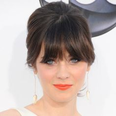 Retro-loving Zooey Deschanel brought her fun and flirty flair to the 2012 Billboard Music Awards wearing her hair in a bouffant-cum-ponytail. Celebrity Haircuts, Celebrity Makeup, Best Wedding Hairstyles, Cool Hairstyles, Hairstyles 2016, Fringe Hairstyles, Zooey Deschanel Hair, Zoeey Deschanel, Emily Deschanel