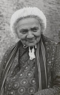Vrouw in Friese streekdracht. De vrouw is gekleed in daagse dracht, met gehaakte muts. 1935-1950 #Friesland