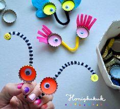 Recycling-Bastelidee: Monster-Handpuppen ✋👀✂️ Erst basteln dann spielen… Recycling-Handicraft Idea: Monster-Handpuppen ✋👀✂️ First tinkering then play: funny monster hand puppets from bottle caps, Wackelaugen and pipe cleaners! Puppets For Kids, Hand Puppets, Finger Puppets, Recycled Crafts Kids, Crafts For Kids, Atelier Theme, Monster Hands, Monster Crafts, Puppet Crafts