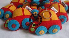 Chaveiro em feltro personalizado com etiqueta em cetim com o nome do aniversariante. Ideal para lembrancinhas. R$ 7,28