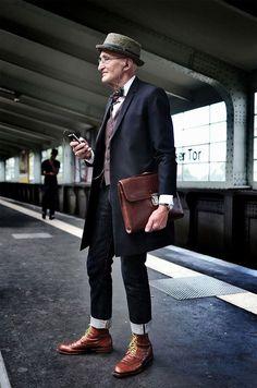 お洒落は足元から!素敵な革靴にカジュアルなジーパン、上にはジャケットやスーツ、清潔なシャツにはワンポイントの蝶ネクタイを添える、そして忘れてはならないのはユニークな帽子。 フォーマルさも漂わせるスマートカジュアルなファッションを着こなすのは、ベルリンに在住している104歳のおじいちゃんGünther Krabbenhöft。 スラッとした背筋の通った綺麗なスタイルを維持し、頭脳も明晰、ファッションモデルも顔負け。とても104歳とは思えないパワフルで格好良いおじいちゃんだ。これはモテる。
