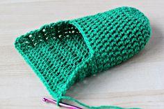 Crochet Patterns Slippers Love this.crochet slippers starting at the toe Easy Crochet Slippers, Crochet Slipper Pattern, Crochet Boots, Knit Or Crochet, Crochet Crafts, Simple Crochet, Crochet Stitches, Crochet Patterns, Crochet Accessories