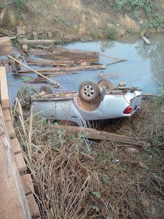 Na rodovia que corta a Amazônia carro de passeio cai da ponte próximo a cidade de Uruará. Saiba mais no meu blog http://papocaai.blogspot.com.br/2015/12/na-rodovia-que-corta-amazonia-carro-de.html
