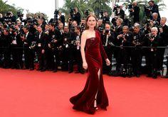 FLUWEEL ROOD De charmante Julianne Moore (Still Alice) koos voor een fluwelen red dress van Givenchy die perfect matcht met haar rode haar. Rode lippen en diamanten oorringen erbij, deze look is op en top glamour proof.