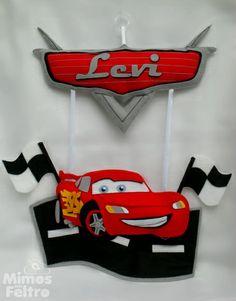 Enfeite de porta rico em detalhes, no tema do famoso filme Cars. R$ 95,00
