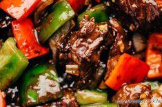 Páclé/marinád: 6 ek Világos Szójaszósz 1 dl húsleves alaplé, akár kockából 1 ek Osztriga szósz 2 ek Nádcukor 1 ek Szezámolaj 2 ek Kukorica keményítő 1 tk Steak bors 1/2 tk Chili pehely  Marhahús Stir Fry: 5-600 g marhahús, tarja vagy bélszín 1 ek reszelt friss Gyömbér 6-8 gerezd reszelt/préselt Fokhagyma 3 db kaliforniai Paprika, többféle színű 1 db közepes Vöröshagyma Növényi olaj a sütéshez Basmati rizs Pho, Stir Fry, Chicken Recipes, Steak, Beef, Cilantro, Ground Chicken Recipes, Meat, Recipes With Chicken