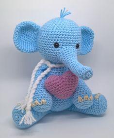 Beto é um elefante fofo e grandão que adora brincar. Ele é todo de crochê em técnica amigurumi. Beto fica lindo também decorando o quarto do bebê. As cores podem ser customizadas, de acordo com a disponibilidade de linhas. Consulte cores disponíveis. O coração não acompanham, mas podem ser en...