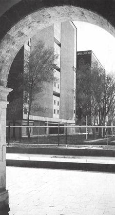 """Vista de los edificios """"Tipo L"""" desde la entrada del Museo Tecpan, Unidad Habitacional Nonoalco-Tlatelolco, México DF 1964   Arqs. Mario Pani y Luis Ramos -  View of 'Type L"""" buildings from the entrance to the Tecpan Museum, City Housing, Nonoalco-Tlatelolco, Mexico City 1964"""