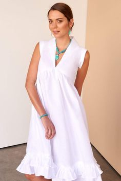 The Lyla dress in mid-length for your day-to-night social life, this style features beautiful white linen buttons and our signature Fácil Blanco embroidery. Fácil Blanco is proudly designed and tailored in Dubai from Italian linen. White Linen Dresses, White Dress, White Kaftan, Simple Dresses, Summer Dresses, Quoi Porter, Renaissance Clothing, Feminine Dress, White Outfits