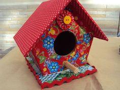 Casinha de passarinho revestido com tecido. Aplique de botão,fuxico, sianinha e relevos. Feita por encomenda em outras cores. R$ 25,00