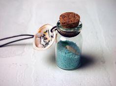 【南三陸町 泊貝っこ(とまりげっこ)の天然小さな貝】  色付きの砂と天然の貝。(色んな色あります)貝の内側に、それぞれ書によるメッセージが書いてあります。(サイズ 貝 約4cm 紐 7cm)ストラップと一緒に、南三陸町でしかとれない泊貝っこ(とまりげっこ)が1枚入っています。それぞれ¥600。