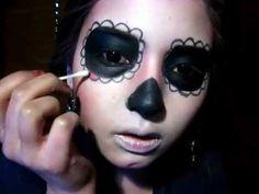 Esto vídeo es un tutorial para maquillaje para la Calavera Catrina.  Es para el Día de los Muertos.  Puedes usar el maquillaje para Halloween, también.  Es genial.