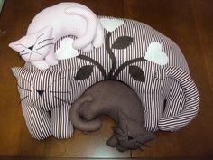 Linda gata e seus filhotes, serve como apoio de pescoço e almofada.  Também pode ser usado para decoração de cama e sofá.  O valor se refere a Gata e dois filhotes.  A gata sozinha também é vendida. R$ 90,00