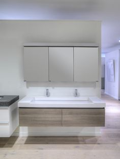 Denzo biedt een ruim assortiment aan badkamermeubelen van Assenti en Sens'eau. Ontdek de verschillende modellen in onze showroom.