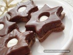 Hvězdičky, srdíčka, stromky, kolečka nebo jiné tvary používané při pečení vánočního cukroví. Kakaové těsto, čokoládová nádivka a glazura z čokolády se skrýva v tomto receptu.