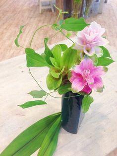 青色の花瓶・クルクマの周りに柔らかい葉物が流れ 涼 を感じられませんか?