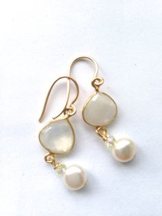 Moonstone White Pearl Gold fill Earrings Etsy by Crystal Earrings, Beaded Earrings, Earrings Handmade, Beaded Jewelry, Diy Jewelry Inspiration, Jewelry Ideas, Fashion Inspiration, Shell Jewelry, Fantasy Jewelry
