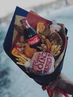 Romantic DIY Valentine's Day Gifts for Him that Your Man will Love - Hike n Dip - - Looking for cute Valentines Day Gifts for Boyfriend or husband? Here are 100 Romantic DIY Valentines Day Gifts for Him which your Man will abosultely LOVE! Food Bouquet, Gift Bouquet, Bouquet For Men, Diy Valentines Day Gifts For Him, Valentines Diy, Bouquet Cadeau, Saint Valentin Diy, Cute Birthday Gift, Diy Birthday