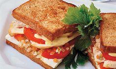 SANDUÍCHE DE FRANGO COM TOMATE. Manteiga em temperatura ambiente, pão de centeio ou integral, maionese, mostarda, tomate, queijo de minas, picles e filé de frango grelhado.