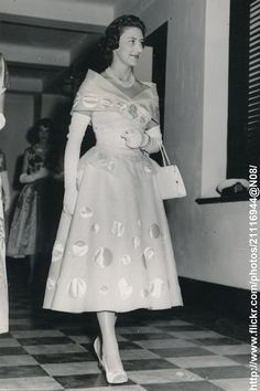 DATE:September 25 1956 D:Princess Margaret arrives for reception,in three-quarter lenght gow, at the Government`s House in Mombasa,Kenya /original photo 1950s Fashion, Vintage Fashion, Queen's Sister, Feminine Style, Feminine Fashion, Young Queen Elizabeth, Margaret Rose, Royal Uk, Royal House