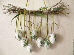 12 Egg~cellent Crafts For A Fabulous Easter - HomelySmart - Dekorace, které Vám nezaberou žádné místo: nádherných nápadů na jarní dekorace, které jen zavěsíte! Diy Osterschmuck, Egg Carton Crafts, Diy Ostern, Diy Easter Decorations, Craft Day, Egg Art, Candle Centerpieces, Egg Decorating, Easter Wreaths