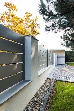 Modern Fence Design, House Fence Design, Front Gate Design, Door Gate Design, Garage Door Design, Gate Designs Modern, Garage Doors, Compound Wall Design, Metal Garden Gates