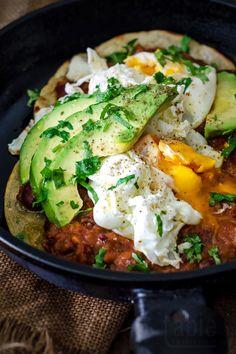 huevos rancheros with frijoles refritos Healthy Breakfast Snacks, Breakfast Smoothie Recipes, Brunch Recipes, Healthy Eating, Huevos Rancheros, I Love Food, Good Food, Yummy Food, Breakfast Time