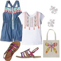 Jumpsuit in jeans con bordi colorati abbinata ad una t-shirt bianca con motivo di ricami di sapore etnico. Sandaletti in cuoio a listarelle multicolore. Piccola borsa con stampa di farfalla. Orecchini a forma di geco.
