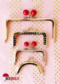 A simple little sewing tutorial. Learn how to use a sew in metal purse frame. Sewing Hacks, Sewing Tutorials, Sewing Crafts, Sewing Projects, Tutorial Sewing, Bag Tutorials, Diy Bags Purses, Diy Purse, Diy Clutch