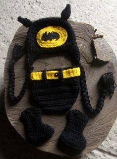 Conjunto confeccionado em crochê.  cor - preto com detalhes amarelos.  tamanhos - RN / 1 a 3 / 3a 6 meses R$ 89,90