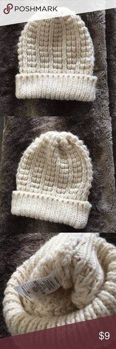Cream H&M knit wool slouchy beanie! Cream colored warm thick knit wool slouchy beanie by H&M worn twice in great condition no stains or signs of wear selling cheap or to be bundled 3$ off with another item 🎀 H&M Accessories Hats