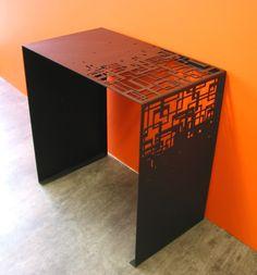 Une console en acier de chez Coco  Co design! http://www.sogreendesign.com/fr/mobilier/tables-basses/console-cubical.html