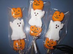 Halloween peeps on a stick Halloween Peeps, Cute Halloween Treats, Holidays Halloween, Halloween Gifts, Happy Halloween, Halloween Party, Halloween Decorations, Preschool Halloween, Halloween Goodies