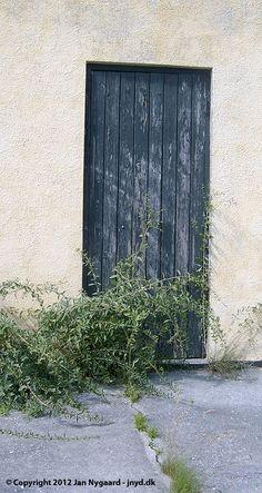 Sort trædør i hus på Øster Strandvej